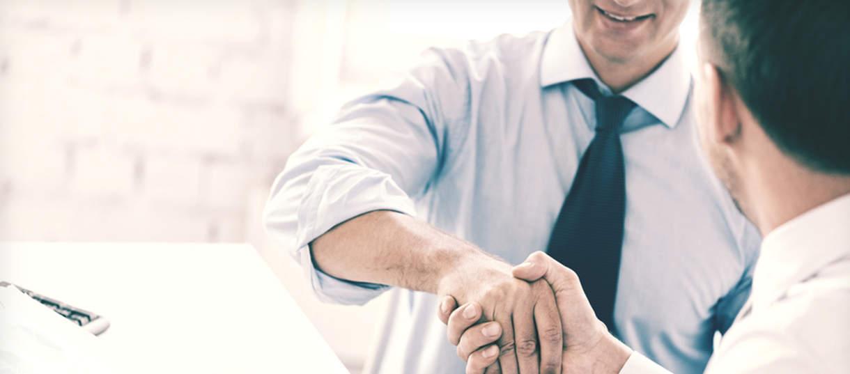 Händeschütteln beim Abschluss eines neuen Arbeitsvertrages - Arbeitsrecht Augsburg