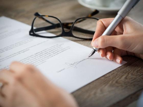 Unterschrift Arbeitsvertrag - Arbeitsrecht für Arbeitnehmer